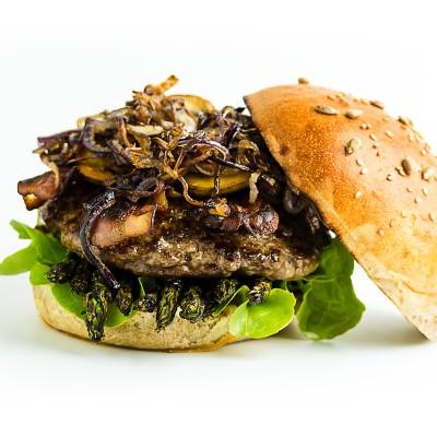 Hamburger mit gegrilltem grünen Spargel und Orangen-Koriander-Sauce