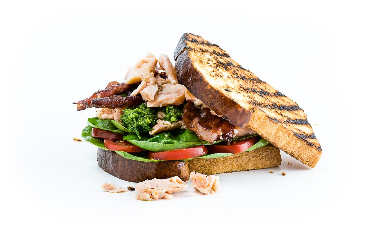 Lachs Sandwich mit Speck und Pesto